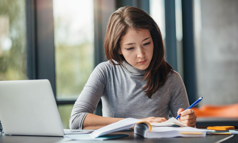 Femme qui étudie