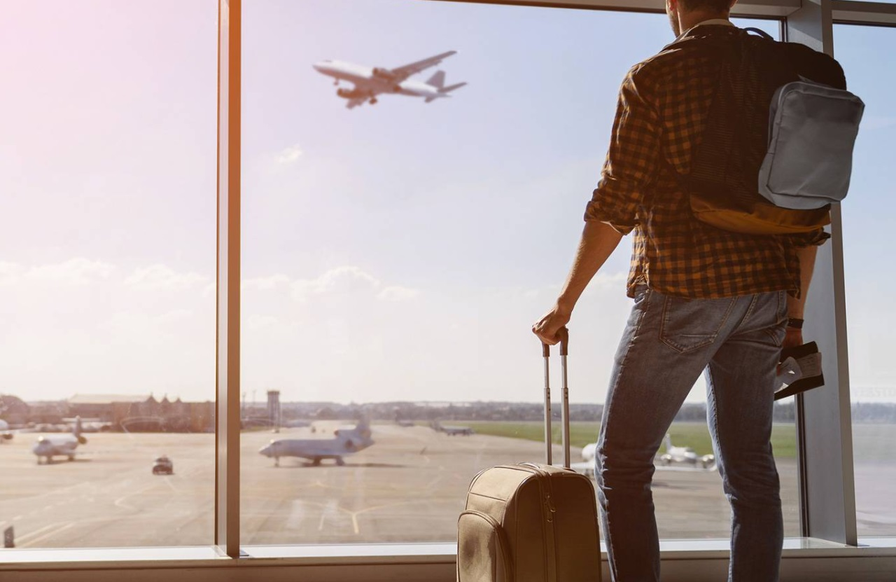 Homme avec une valise dans un aeroport