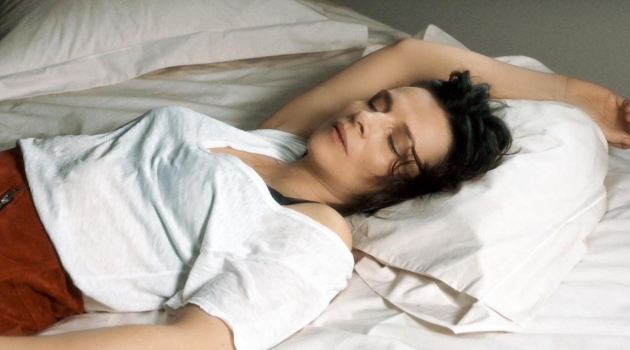 Personne qui dort dans un lit